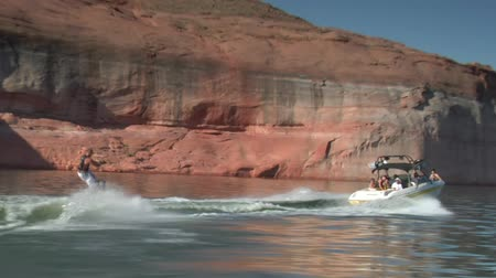 rennboot : Slow-Motion-Schnellboot zieht Wakeboarder Lake Powell Utah Zoom-