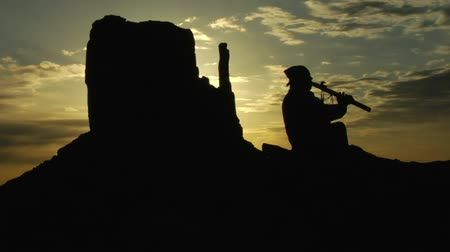 flet : Native American playing flute with Monument Valley sunrise Wideo
