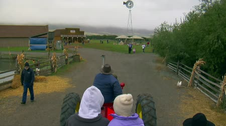 targi : POV  of tractor towing people on hayride  Wideo