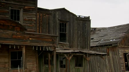 batı : Zoom out shot of old West movie set