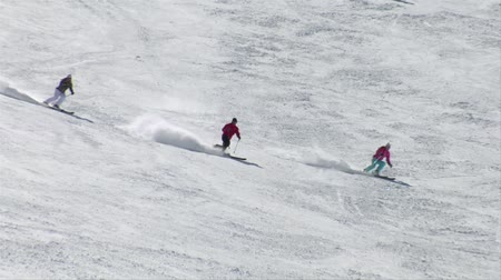 zahmetsiz : A group of three skiiers turn in formation