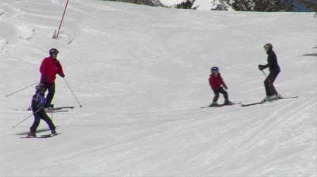 bezmotorové létání : Skiing family takes slow turns down gentle hill