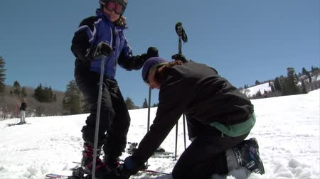 wintersport : Mom hilft Tochter in Ski Videos
