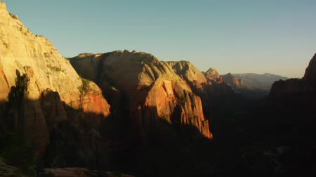 aventura : Shadow time-lapse over redrock cliffs