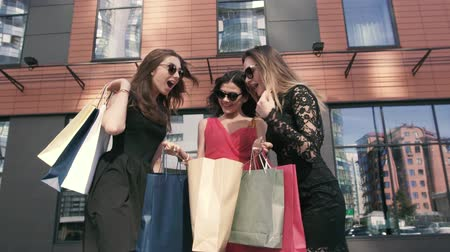 pitka : Three wonderful women talking to each other about their shopping day Dostupné videozáznamy