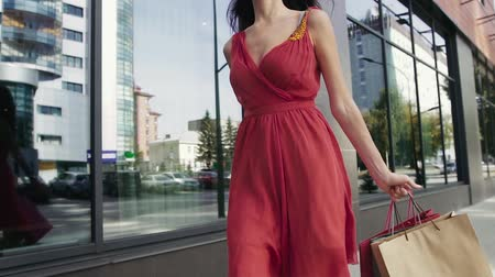 dişlek : Attractive young woman returning from the shopping mall with her purchases
