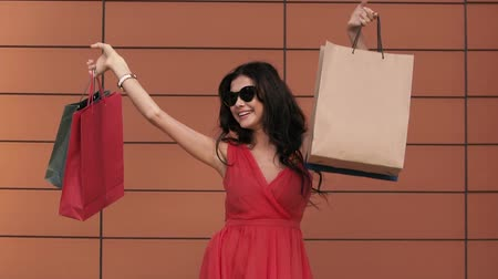 bolsa de compras : Happy young woman excited with her purchases. Slow motion