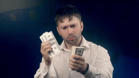 vypořádat se : Portrait of young handsome man counting money for someone and giving them to the camera
