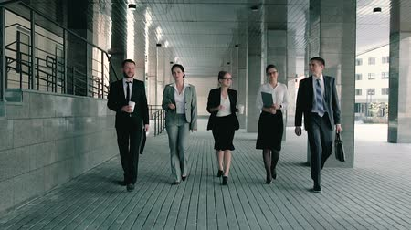 pracodawca : Five business coworkers walking towards the business center friendly talking to each other Wideo