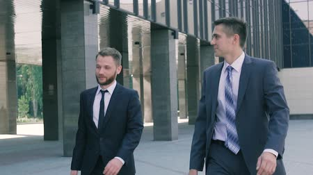 консультант : Two smart male coworkers going to work in the day Стоковые видеозаписи