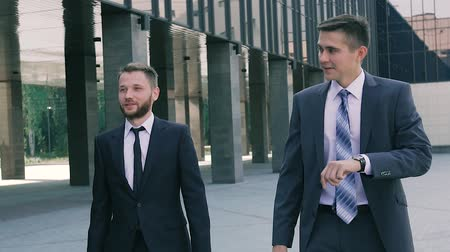 sofisticado : Business men walking to the office in the morning Stock Footage