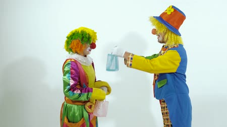 posou : Circus clowns greet each other, give presents and go away Vídeos