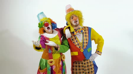 žolík : Two funny clowns singing and dancing against white background Dostupné videozáznamy