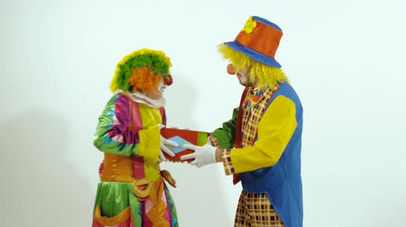 posou : Two funny circus clown arguing for the little box Vídeos