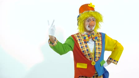 меланхолия : Portrait of amusing colorfully dressed clown counting on his fingers