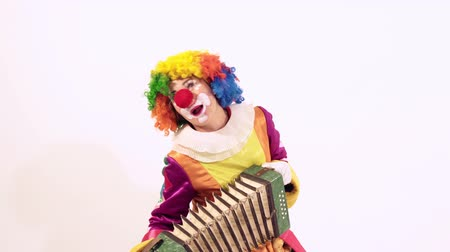 coringa : Amusing funny clown playing the harmonica, singing and dancing at the same time Stock Footage