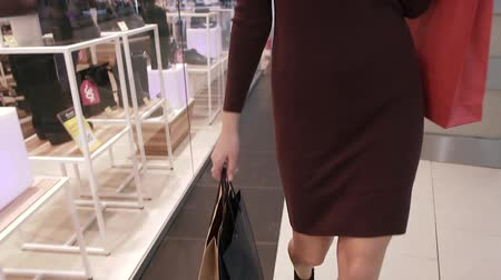 naszyjnik : Close-up shot of slender young woman walking in shopping all holding shopping bags
