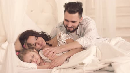 yatak kıyafeti : Loving father waking up tenderly his family