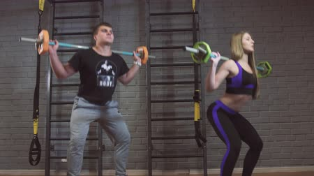 太らせる : Sport, fitness, lifestyle and people concept - man and woman with barbell exercising in gym
