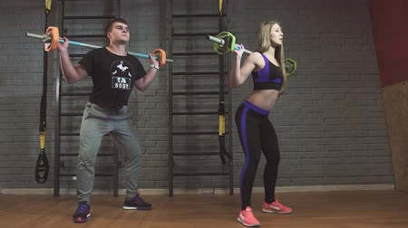 melegítőben : Fitness couple exercising in gym with barbell weights Stock mozgókép