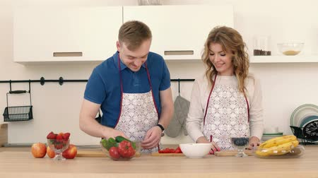 sağlıklı beslenme : Portraits of a couple in love who prepare a salad in the kitchen.