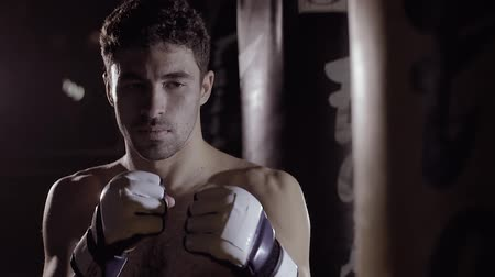 bandaj : Concentrated boxer getting ready to box. Stok Video