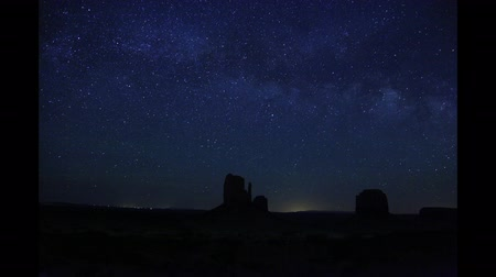 yolları : Time lapse Milky Way above Monument Valley, Utah, USA