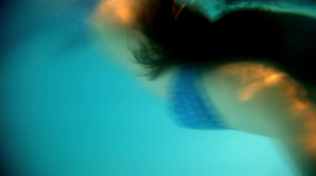 sereia : Beautiful woman in a  diving in and swimming underwater Stock Footage