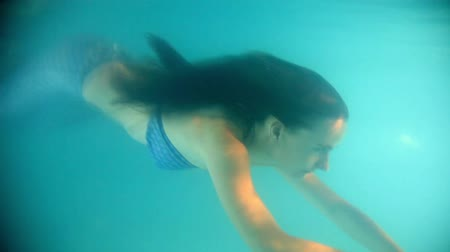 sualtı : Beautiful woman in a  diving in and swimming underwater Stok Video
