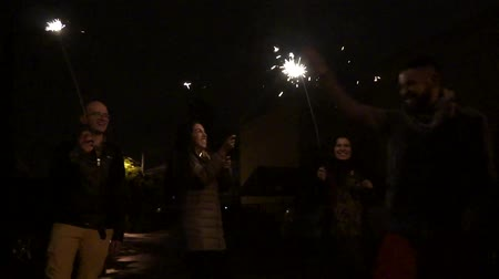 Бенгалия : Friends with sparklers in slow motion