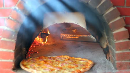 forno : Pizza being baked in a wood fire brick oven in a restaurant. HD 1080i. Vídeos