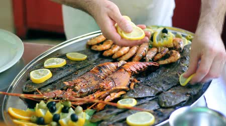 grelha : Chef decorating seafood platter.