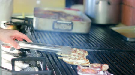 grelha : Grilling meat on a barbecue grill.