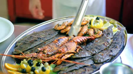 krewetki : Chef decorating seafood platter. HD 1080i.