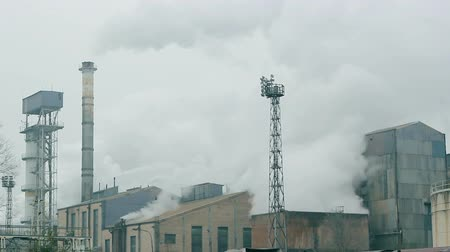 contaminação : Factory chimneys emitting smoke to the air. HD 1080i.