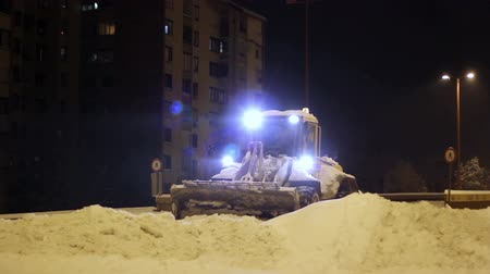 hóesés : Snow removal machine grabs snow from the road
