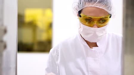 чистый : A female quality inspector is monitoring the process of pill packaging. HD1080p. Стоковые видеозаписи