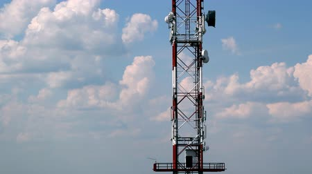 башни : Telecommunication tower against blue sky. Стоковые видеозаписи