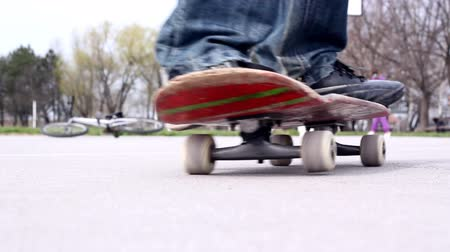 deskorolka : Skateboarders rolling by on basketball playground. HD1080p.