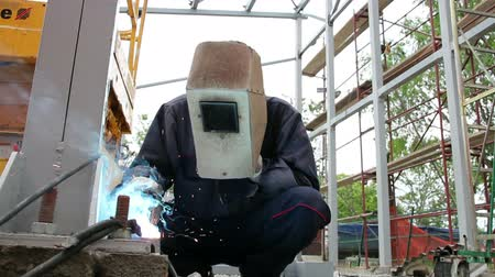 oblouk : Welder with protective equipment welding outdoors. HD1080p Dostupné videozáznamy