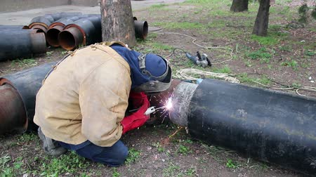 rurociąg : Welder assembling pipes for hot water and steam heating. HD1080p.