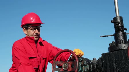 rigs : Oil Rig Valve Technician at Work
