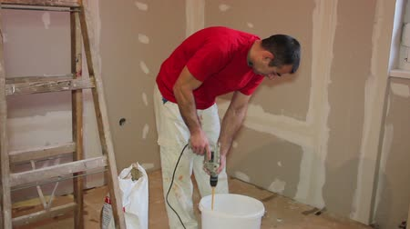 decorador : Plasterer Mixing Plaster - Montage Stock Footage