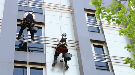 podložka : Workers washing the windows facade of a modern office building