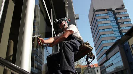 yıkayıcı : Window Washers on a Office Building Stok Video