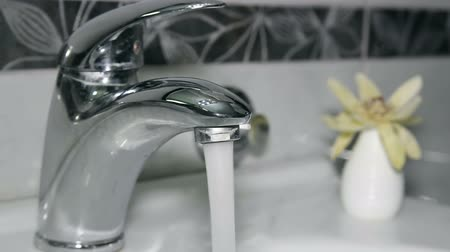 musluk : Modern Bathroom Faucet With Running Water