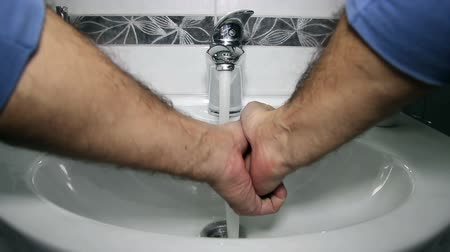 banyo : Man Washing Hands in Bathroom