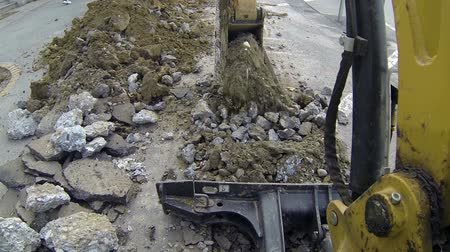 экскаватор : Excavator Digging a Trench POV. Action Shot. Стоковые видеозаписи