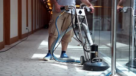halı : Cleaner Male Worker Cleaning Hotel Corridor Carpet
