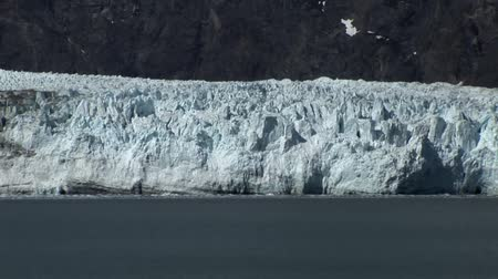 barco vela : Glacier Bay en Alaska Archivo de Video